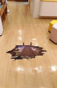 待合室の床に穴が開きました。